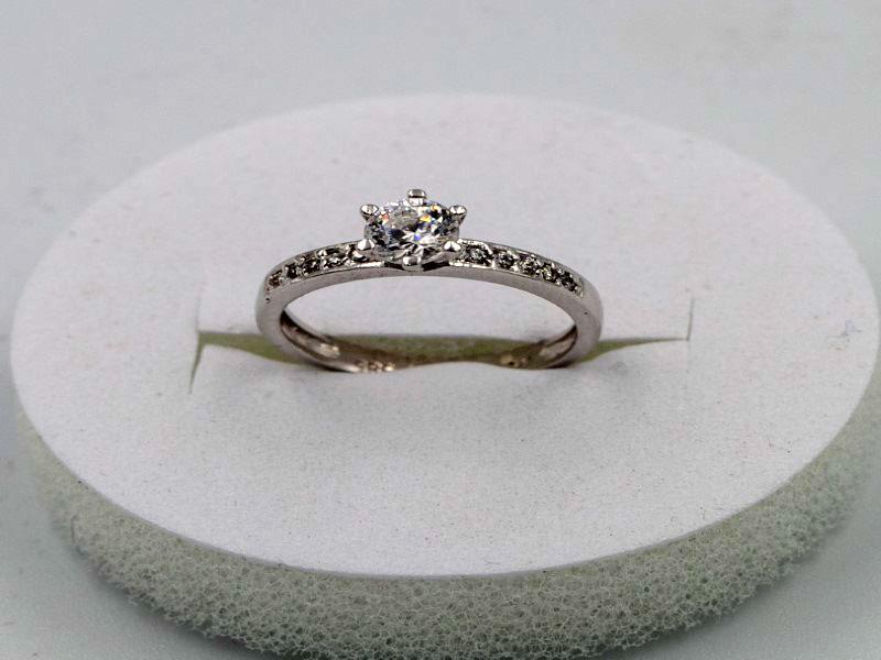 λευκόχρυσο δακτυλίδι  με ζιρκόν